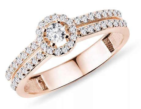 Luxusní zásnubní prsten z růžového zlata zdobený čirými diamanty