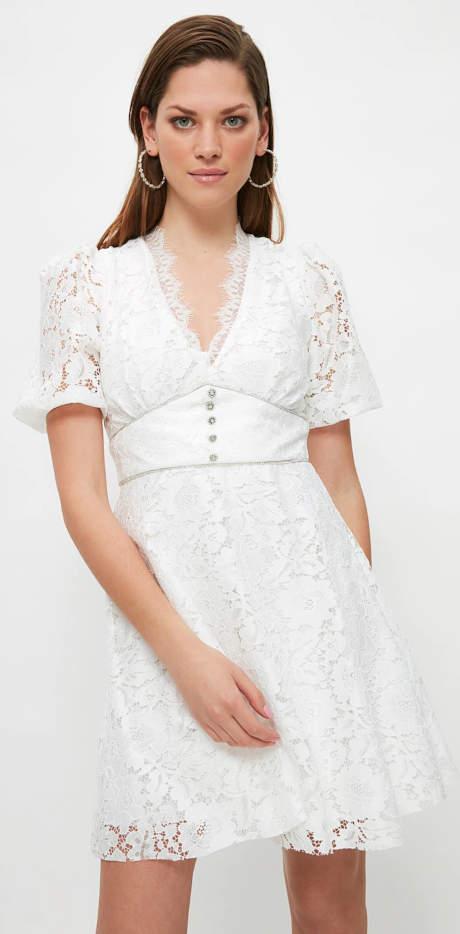 Bílé krajkové šaty se vsadkou pod prsy